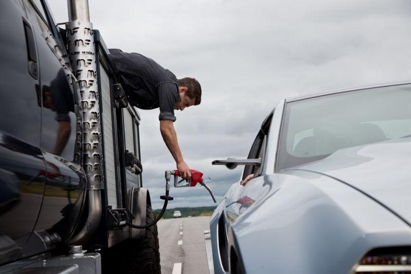 Need for Speed: Rami Malek in una rocambolesca scena del film