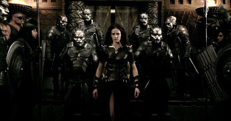 300 - L'alba di un impero, Eva Green circondata da soldati nei panni di Artemisia