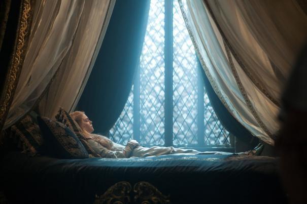 Maleficent: Elle Fanning addormentata sul letto