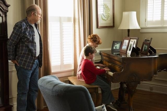 Resurrection: Kurtwood Smith, Frances Fisher, Landon Gimenez in una scena