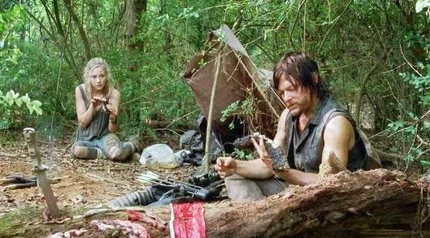 The Walking Dead: Norman Reedus ed Emily Kinney in una scena dell'episodio Non tutto è perduto
