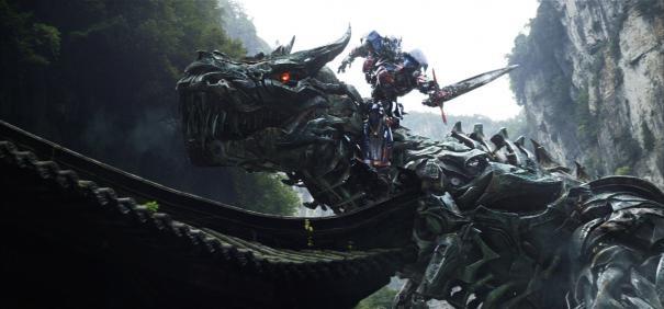 Transformers: Age of Extinction: robot contro dinosauri in una spettacolare scena
