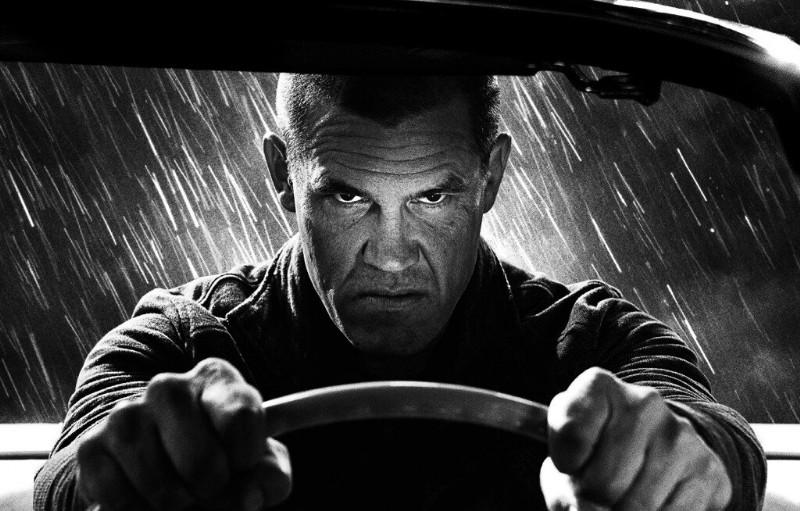 Sin City - Una donna per cui uccidere: un primo piano di Josh Brolin al volante