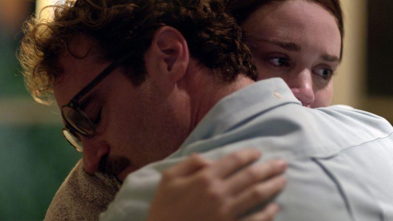 Lei: Joaquin Phoenix e Rooney Mara si abbracciano durante un flashback del film