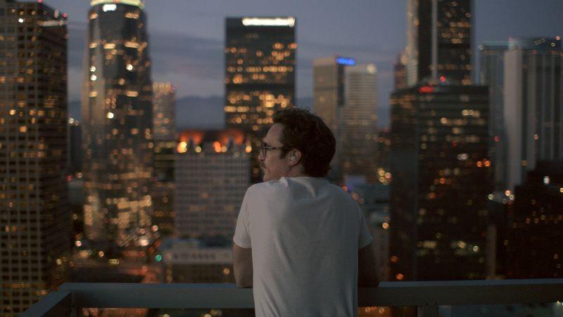 Lei: Joaquin Phoenix guarda lo skyline di Los Angeles in una scena del film