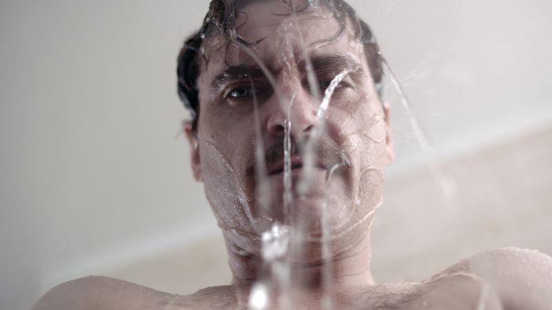 Lei: Joaquin Phoenix riflette sotto la doccia in una scena del film