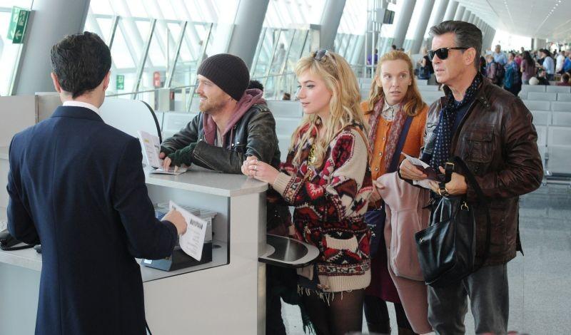 Non buttiamoci giù: Pierce Brosnan con Toni Collette, Aaron Paul e Imogen Poots al check-in