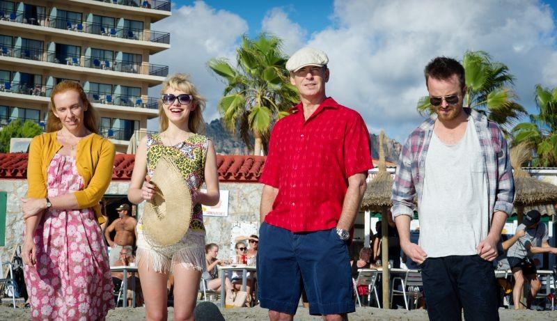 Non buttiamoci giù: Pierce Brosnan con Toni Collette, Aaron Paul e Imogen Poots al mare in una scena del film
