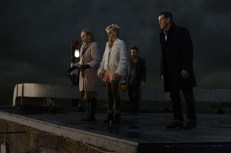 Non buttiamoci giù: Pierce Brosnan con Toni Collette, Aaron Paul e Imogen Poots in una scena del film