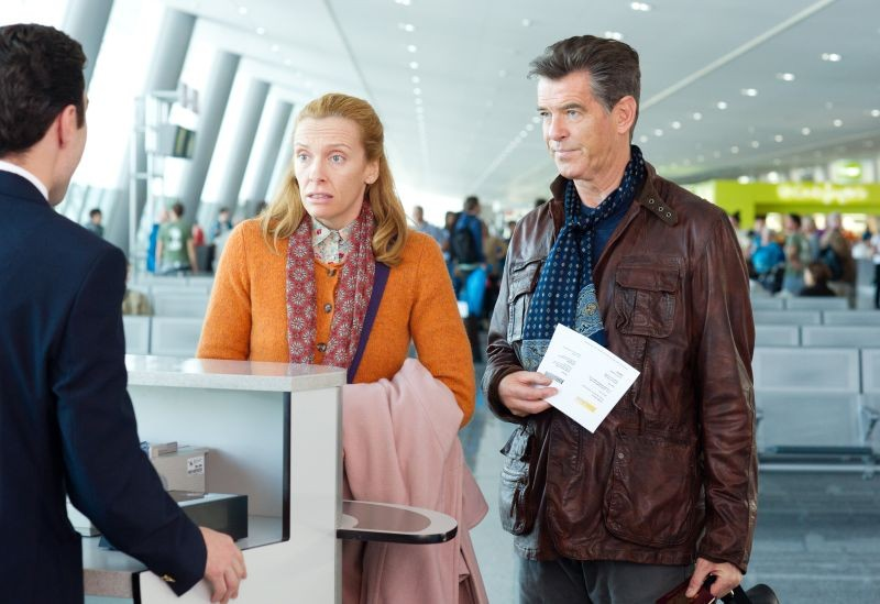 Non buttiamoci giù: Pierce Brosnan e Toni Collette in una scena del film