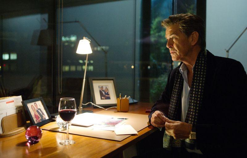 Non buttiamoci giù: Pierce Brosnan in una scena