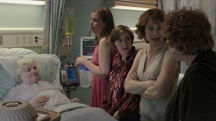 Girls: Lena Dunham e altri membri del cast in una scena dell'episodio Flo