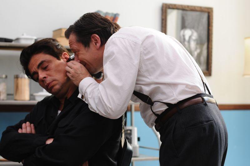 Jimmy P.: Benicio Del Toro 'esaminato' da Mathieu Amalric in una scena del film