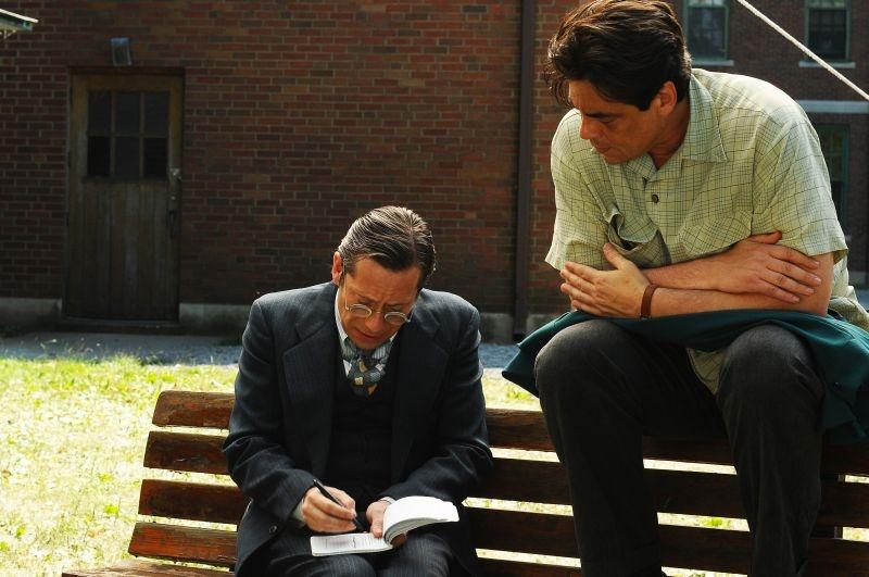 Jimmy P.: Benicio Del Toro insieme a Mathieu Amalric in una scena del film