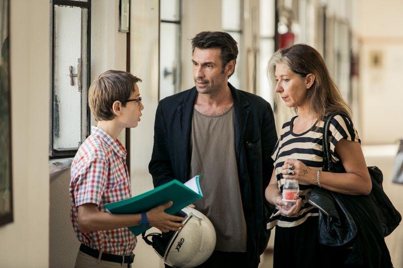 Noi 4: Fabrizio Gifuni con Francesco Bracci e Raffaella Lebboroni in un'immagine del film
