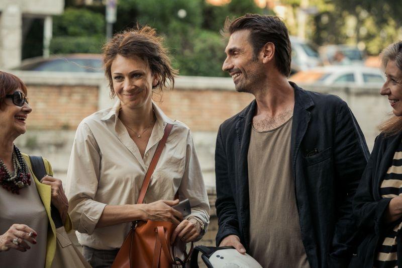 Noi 4: Fabrizio Gifuni e Ksenija Rappoport sorridenti in una scena