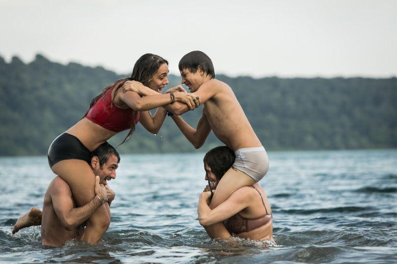 Noi 4: Fabrizio Gifuni, Ksenija Rappoport, Lucrezia Guidone e Francesco Bracci si divertono spensierati in una scena