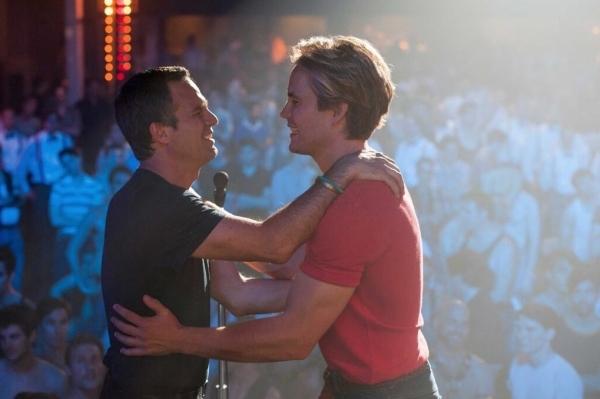 The Normal Heart: Mark Ruffalo e Taylor Kitsch si abbracciano