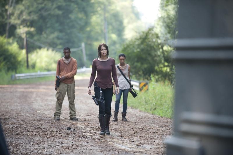 The Walking Dead: Lauren Cohan con Sonequa Martin e Lawrence Gilliard Jr. in una sequenza dell'episodio Solo
