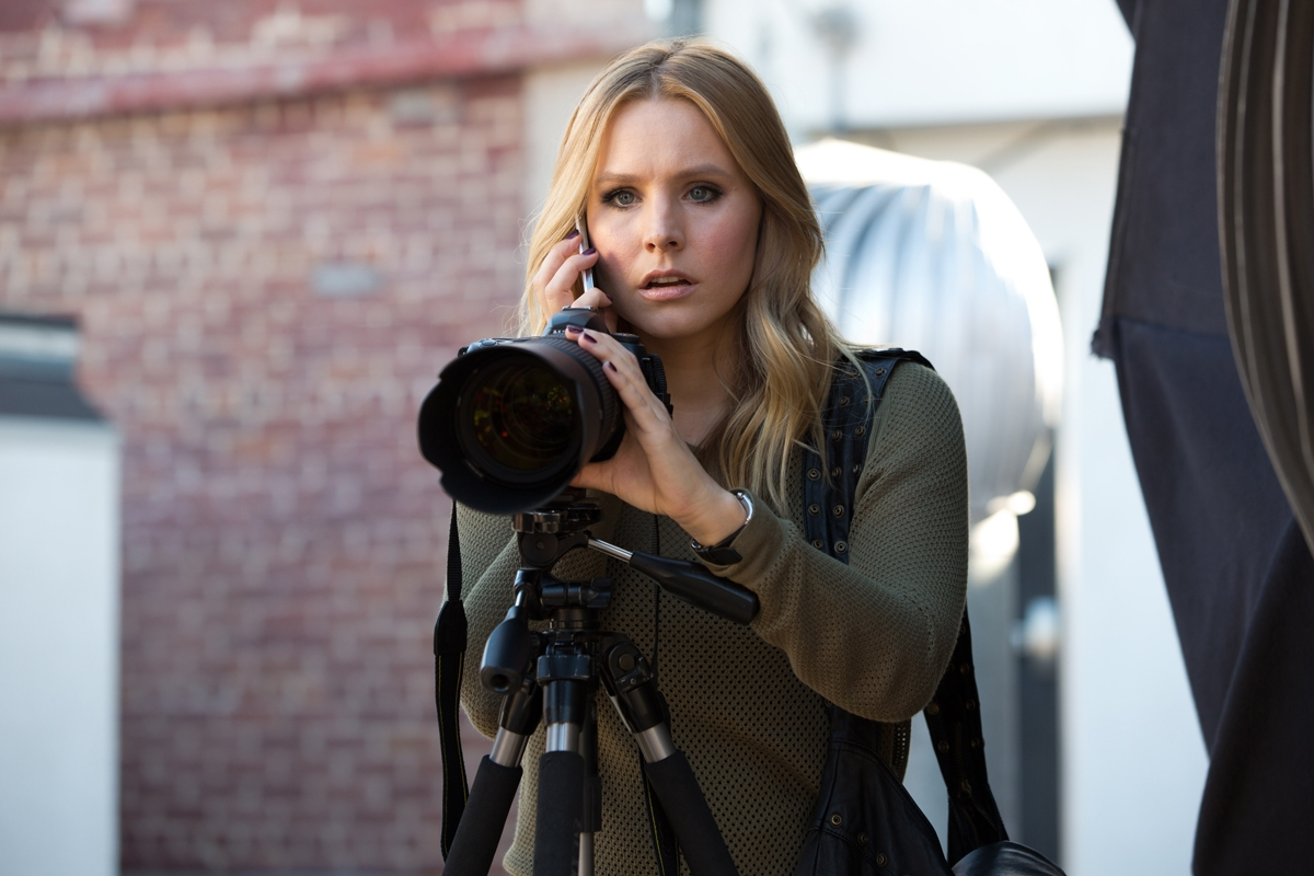 Veronica Mars - Il film: Kristen Bell con la sua macchina fotografica in una scena del film