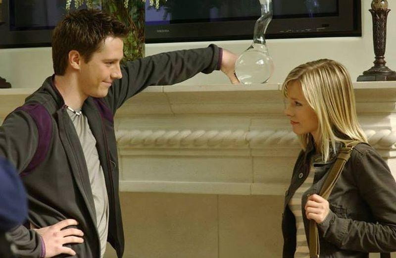 Veronica Mars: Jason Dohring e Kristen Bell in una scena del film