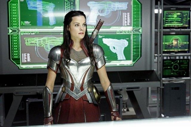 Agents of S.H.I.E.L.D.: Jaimie Alexander è Lady Sif in una scena dell'episodio Yes Men