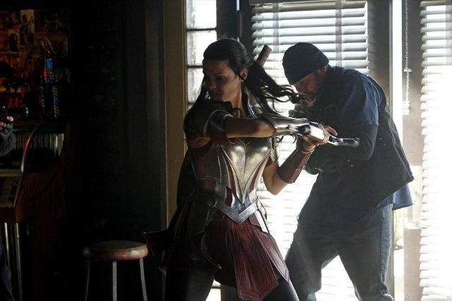 Agents of S.H.I.E.L.D.: Jaimie Alexander in una scena d'azione dell'episodio Yes Men