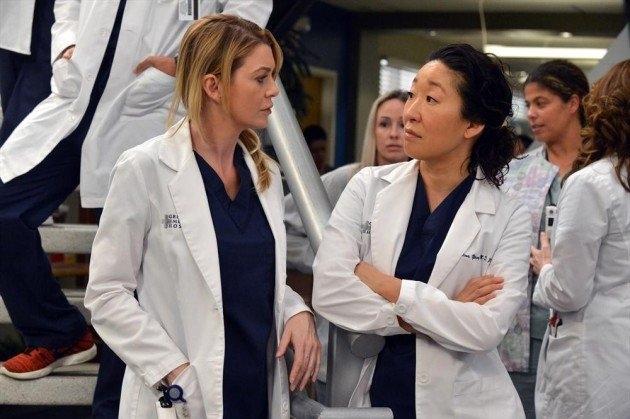 Grey's Anatomy: Ellen Pompeo e Sandra Oh in una scena dell'episodio You've Got to Hide Your Love Away