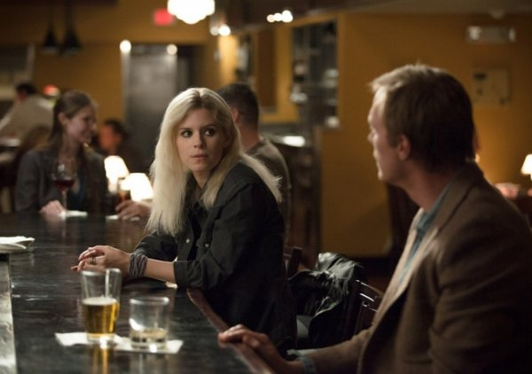 Transcendence: Paul Bettany e Kate Mara al bar