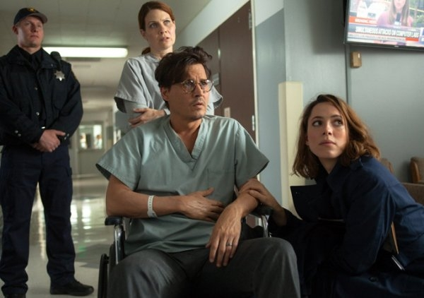 Transcendence: Rebecca Hall e Johnny Depp in ospedale