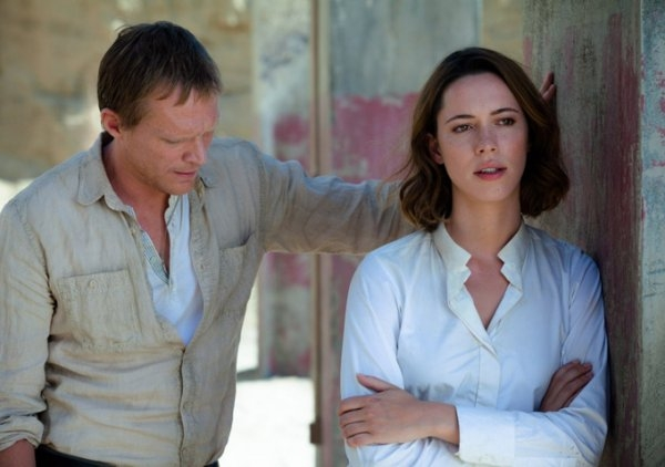 Transcendence: Rebecca Hall e Paul Bettany in una scena del film