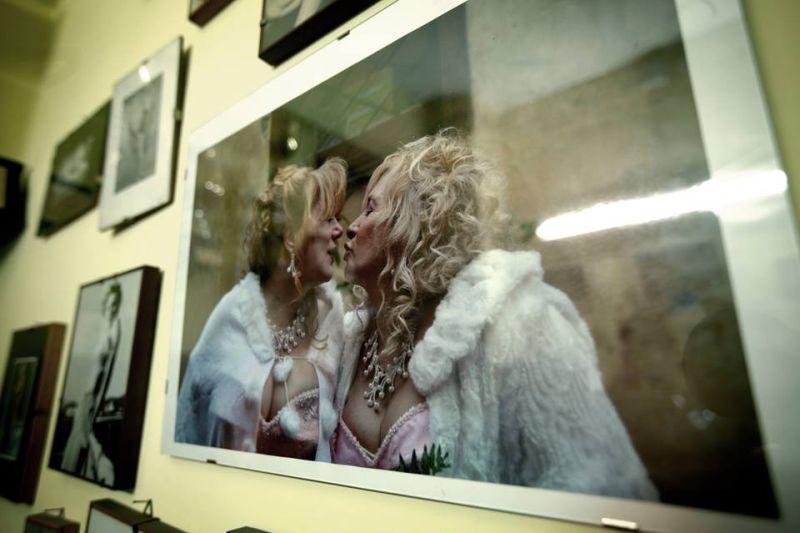 Fuoristrada: Giuseppe Della Pelle (nei panni di Beatrice) e Marianna Dadiloveanu si baciano in una scena del film