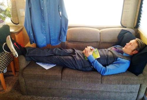 Hannibal: Mads Mikkelsen in un momento di relax dietro le quinte della serie
