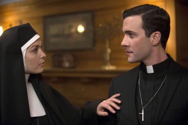 Supernatural: Gil McKinney e Alaina Huffman in una scena dell'episodio Mother's Little Helper