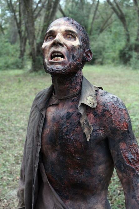 The Walking Dead: uno dei 'walkers' dell'episodio Il bosco