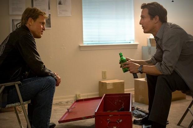 True Detective: Matthew McConaughey e Woody Harrleson una scena dell'episodio Who Goes There?