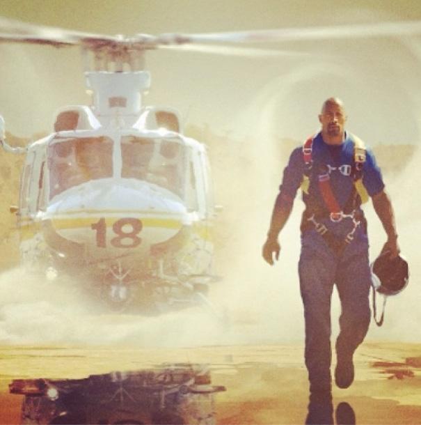 San Andreas: 3D - Ecco Dwayne Johnson di fianco a un elicottero