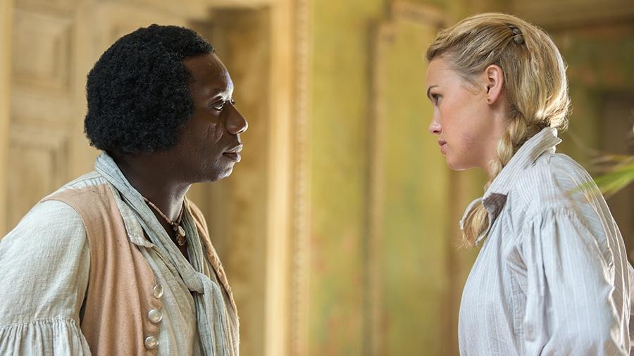 Black Sails: Hannah New con Hakeem Kae-Kazim in una scena del secondo episodio della prima stagione