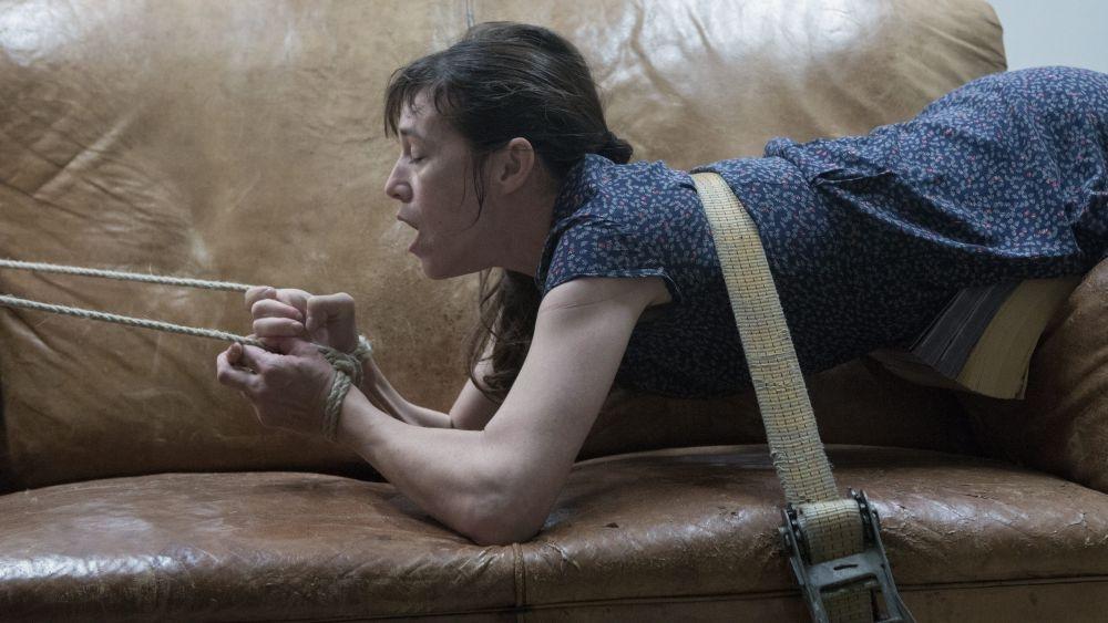 The Nymphomaniac - Part 1: Charlotte Gainsbourg legata al divano in una scena del film
