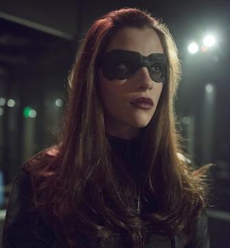 Arrow: Jessica de Gouw durante una scena dell'episodio Birds of Prey della seconda stagione