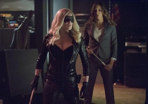 Arrow: Katie Cassidy con Caity Lotz durante l'episodio Birds of Prey
