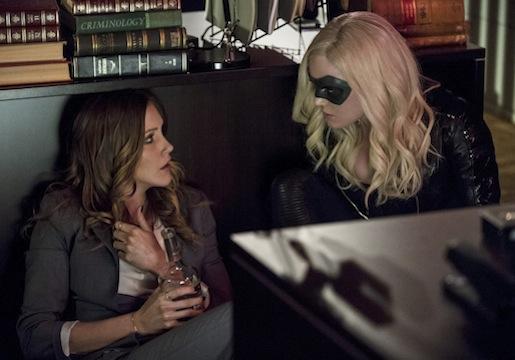 Arrow: Katie Cassidy e Caity Lotz durante l'episodio Birds of Prey