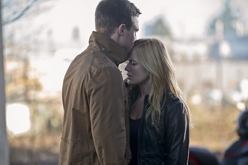 Arrow: Stephen Amell e Caity Lotz nell'episodio Suicide Squad