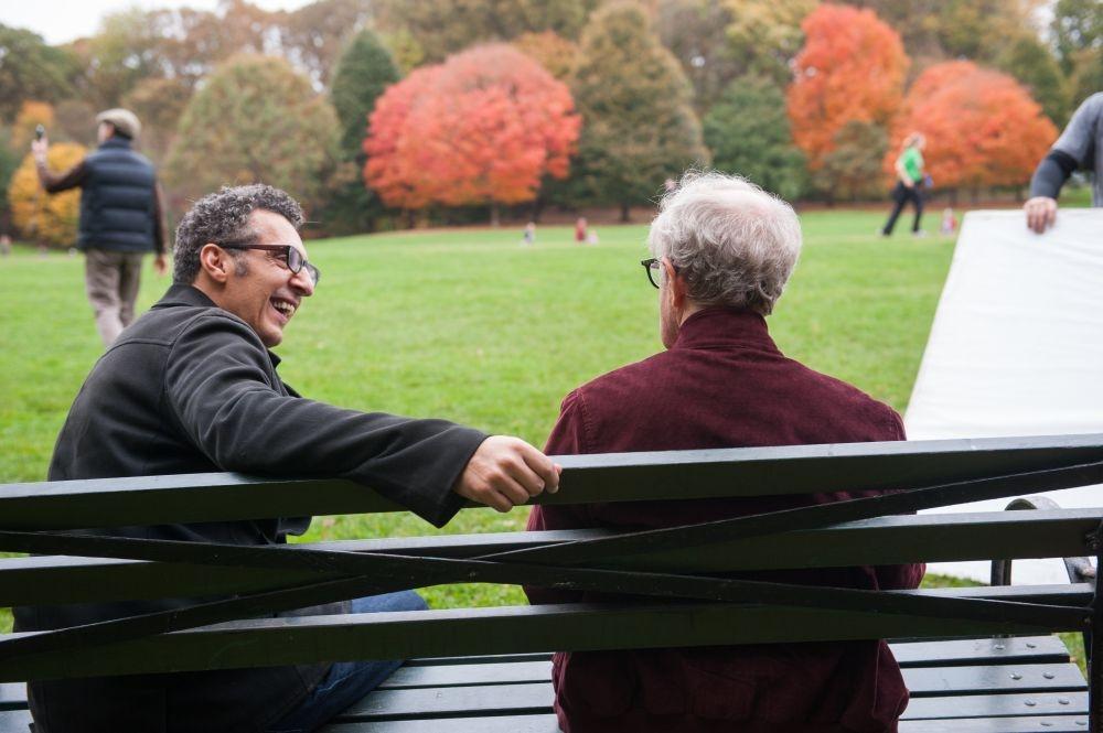 Gigolò per caso: Woody Allen insieme a un sorridente John Turturro in un momento del film