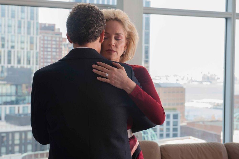Gigolò per caso: John Turturro danza romanticamente con Sharon Stone in un momento del film