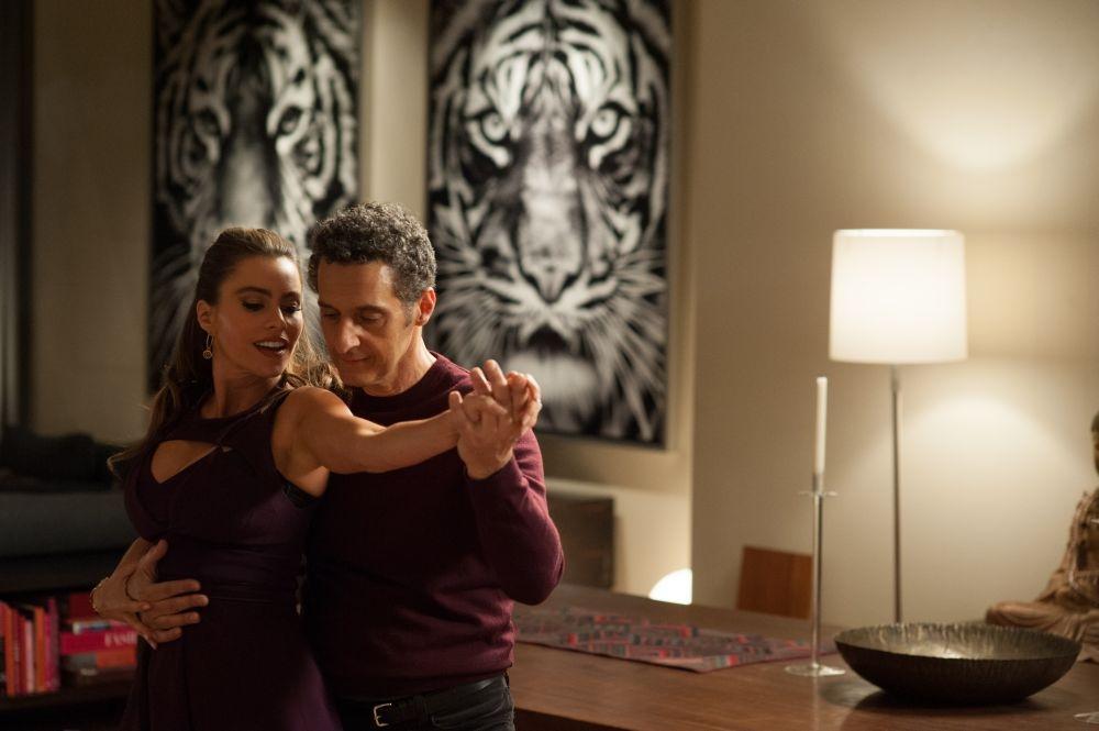 Gigolò per caso: John Turturro in una scena del film danza con Sofía Vergara