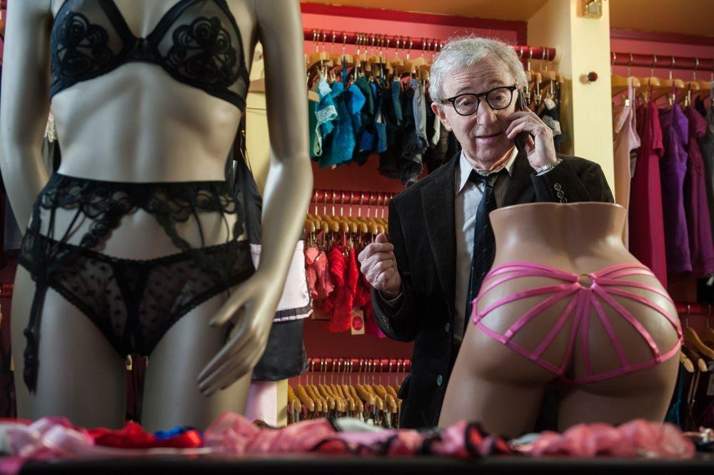 Gigolò per caso: Woody Allen in un negozio sexy in una scena del film