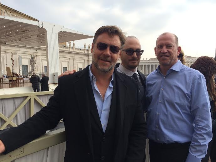 Noah: il regista Darren Aronofsky, Russell Crowe e il vicecapo della Paramount Rob Moore a San Pietro in occasione dell'incontro col Papa