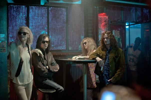 Only Lovers Left Alive: Mia Wasikowska, Anton Yelchin, Tom Hiddleston e Tilda Swinton in un locale