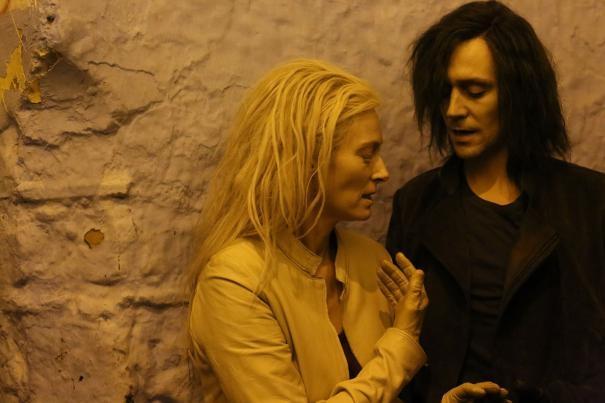 Only Lovers Left Alive: Tilda Swinton e Tom Hiddleston in una scena del film
